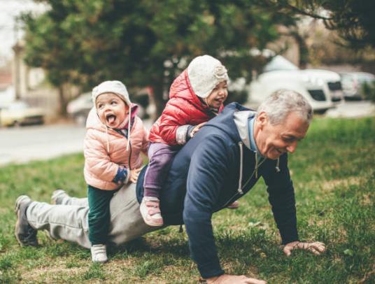 ο παππούς παίζει με τα εγγόνια