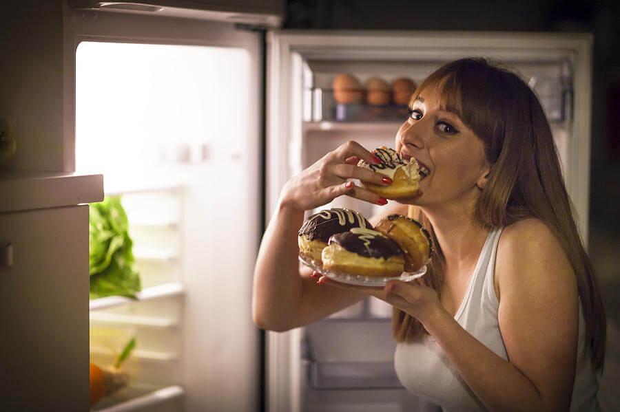 γυναίκα το βράδυ τρώει