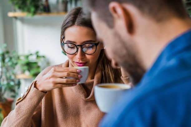 ζευγάρι πίνει αλεξίσφαιρο καφέ