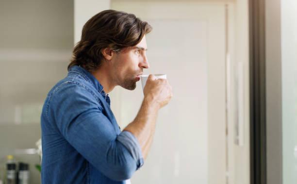 άντρας που πίνει αλεξίσφαιρο καφέ