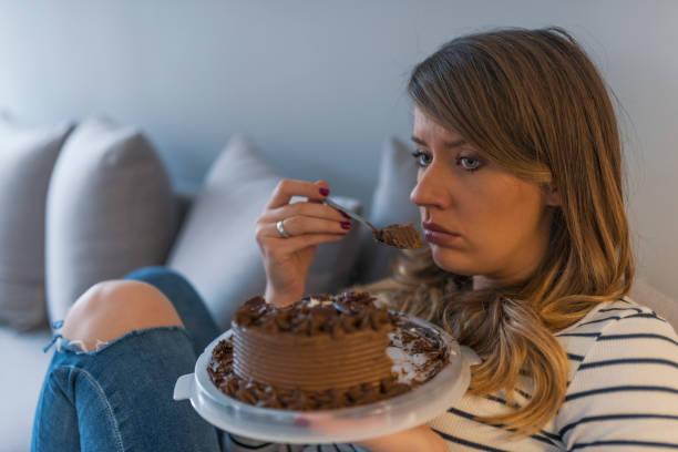 η γυναίκα τρώει κέικ αργά