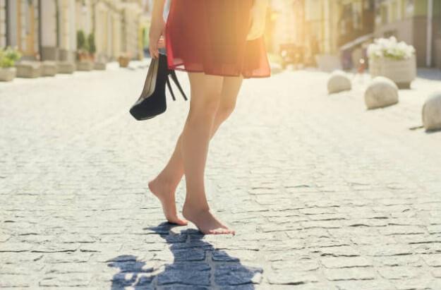 γυναίκα με γυμνά πόδια