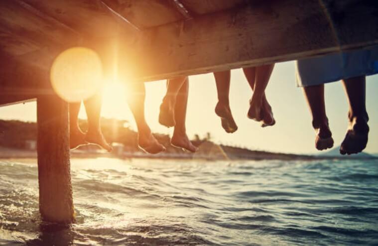 γυμνά πόδια στην παραλία