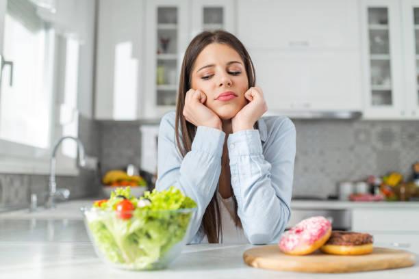 η γυναίκα αναρωτιέται τι να φάει