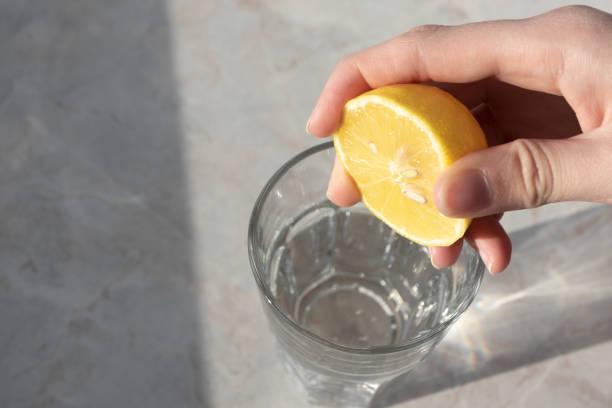 Ξεπλύνετε με νερό με λεμόνι