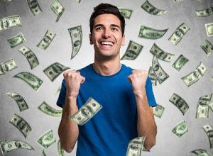 ευτυχισμένος άνθρωπος που πέφτει χρήματα γύρω του