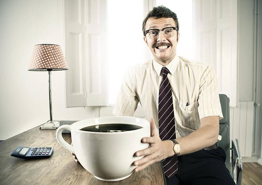 άντρας με φλιτζάνι καφέ