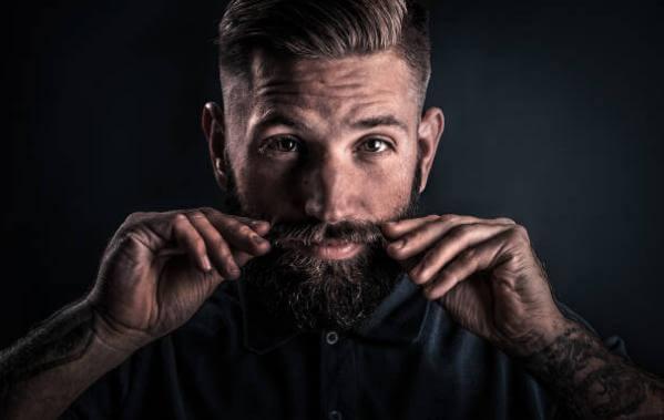 άντρας με μουστάκι και γένια
