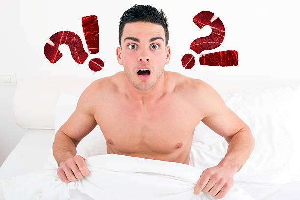 άνθρωπος έκπληκτος στο κρεβάτι