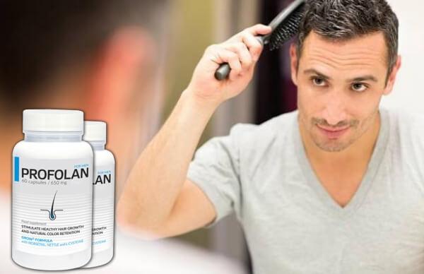 άντρας που βουρτσίζει τα μαλλιά του