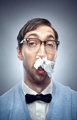 άντρας με καταρροή στη μύτη