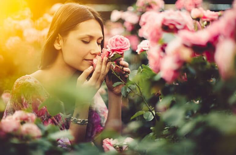 γυναίκα που μυρίζει τα λουλούδια